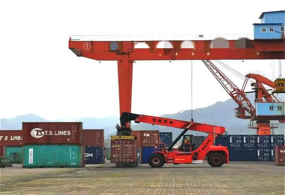 港口搬运神器再度来袭!杭叉45吨集装箱正面吊顺利交付广西某港口